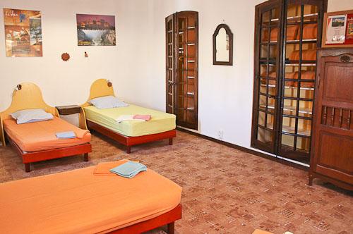 Gite les 4 chemins à Rians en Provence: chambre 5 lits en 90 - Sanitaires en commun
