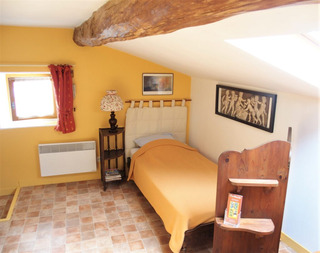 Gite les 4 chemins à Rians en Provence: chambre 2 lits en 90 - sanitaires en commun